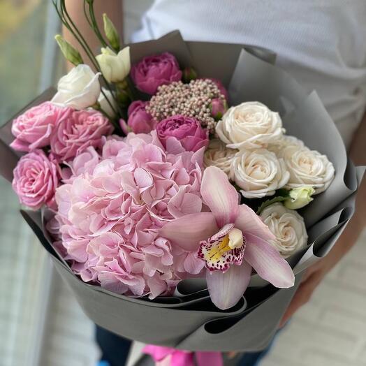 Букет в гортензией и кустовыми розами