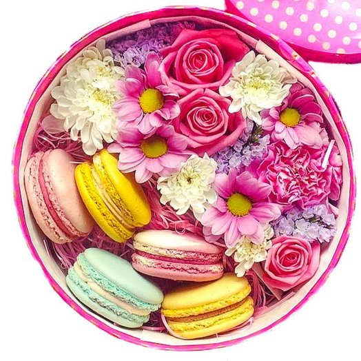 Цветы в круглой MINI коробке (микс из роз и хризантем5 макарун): букеты цветов на заказ Flowwow
