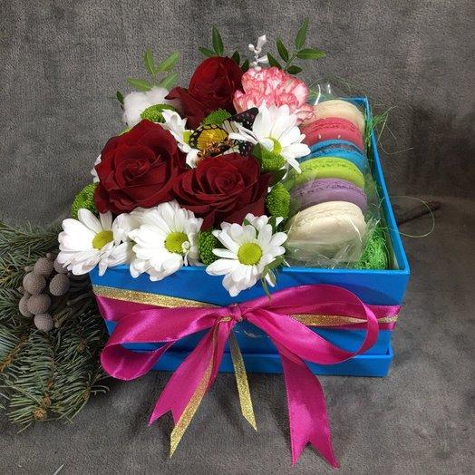 """Коробочка """" Цветы и макаронсы"""": букеты цветов на заказ Flowwow"""