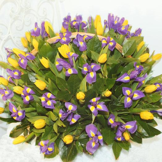 Ирисы и тюльпаны в корзине: букеты цветов на заказ Flowwow