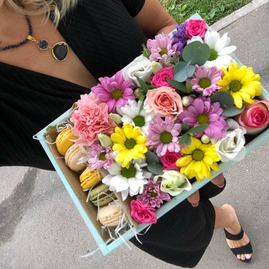 Ящик с цветами и макарони: букеты цветов на заказ Flowwow