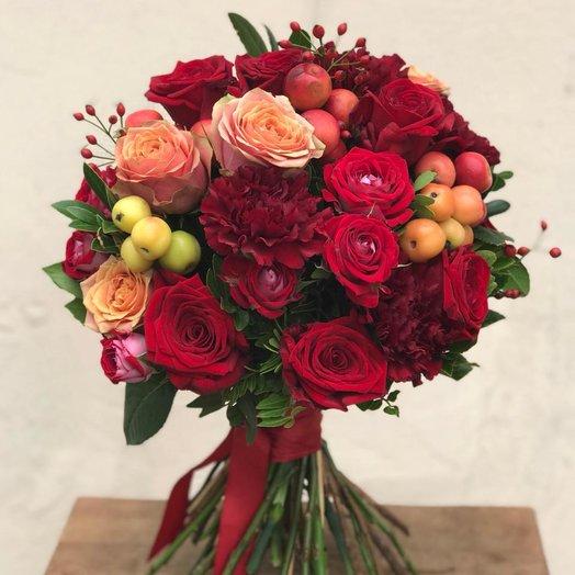Букет из роз, шиповника и гвоздики: букеты цветов на заказ Flowwow
