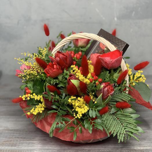 Корзинка с анемонами,тюльпанами,мимозой и бельгийским шоколадом: букеты цветов на заказ Flowwow