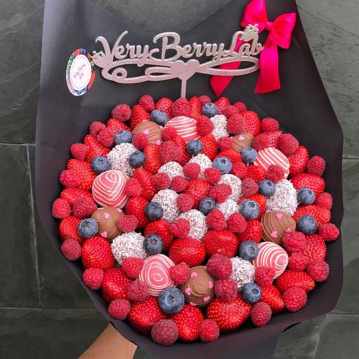 Букет из клубники в бельгийском шоколаде с малиной и голубикой: букеты цветов на заказ Flowwow