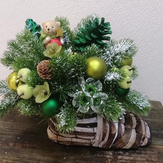 Новогодняя композиция в плетеном башмаке: букеты цветов на заказ Flowwow