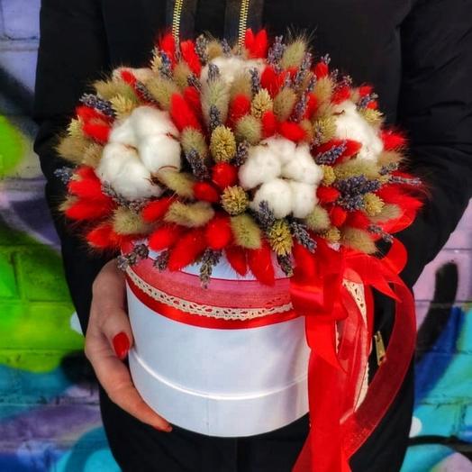 Яркая композиция из сухоцветов в шляпной коробке