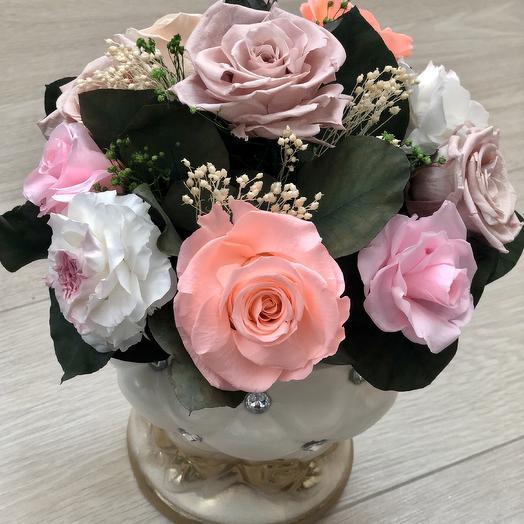 Розы в гипсовой вазе с позолотой