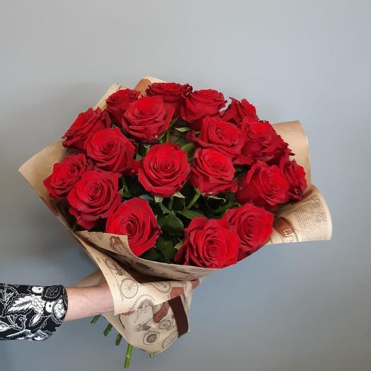 Букет из 19 алых роз в крафте