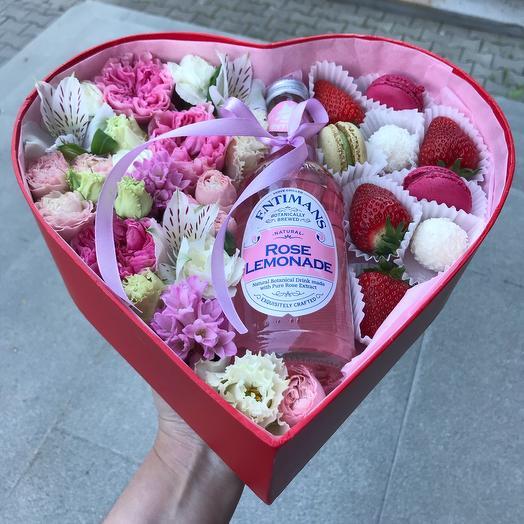 Коробка сердце с розовым лимонадом: букеты цветов на заказ Flowwow