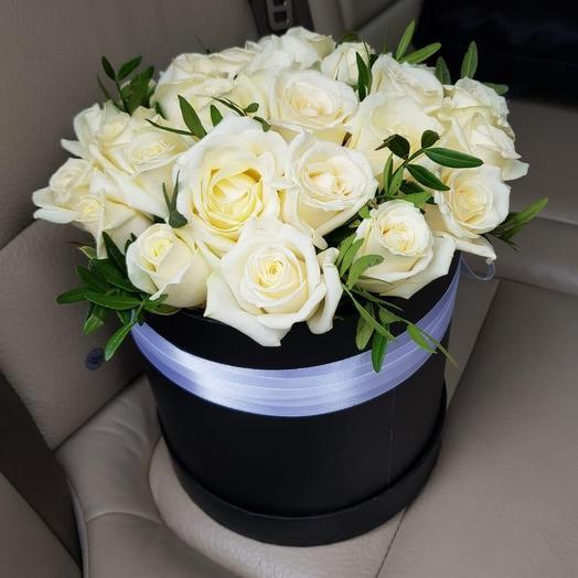 Шляпная коробка с белой розой и зеленью