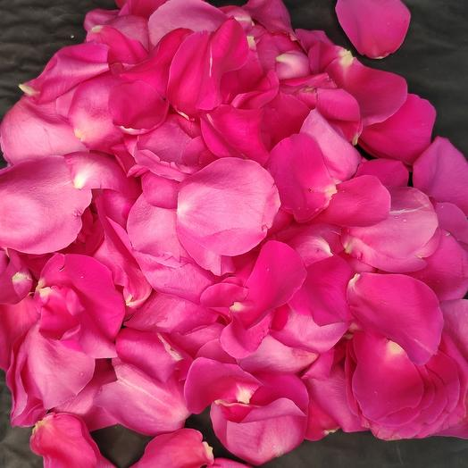 Лепестки роз в стильной сумочке