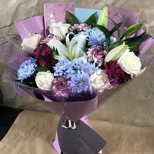 Букет с лилией, 5 роз, голубая хризантема