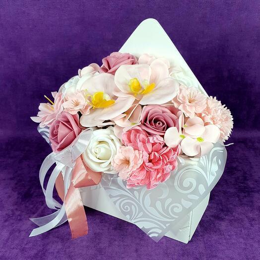 Розовая композиция из мыльных цветов в конверте