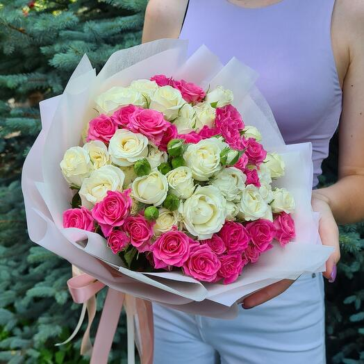 """Букет из 17 кустовых роз """"Клубника в сливках"""""""