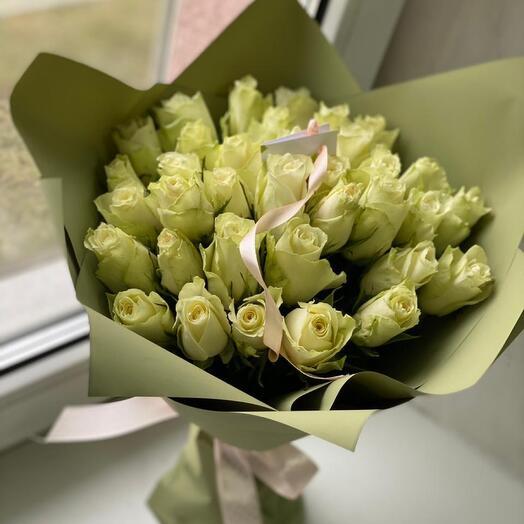 Букет из 31 белой розы с оформлением
