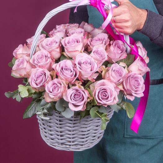 Корзина из 29 сиреневых роз с эвкалиптом