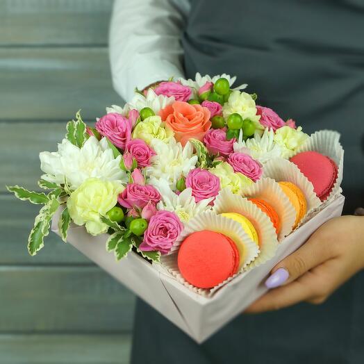 Коробка с макаронс. Роза, гвоздика и гиперикум