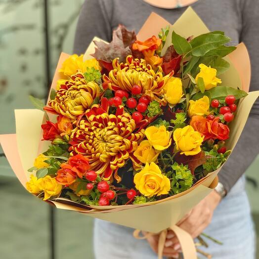 Осенний букет с огненными хризантемами и сочными ягодами гиперикума