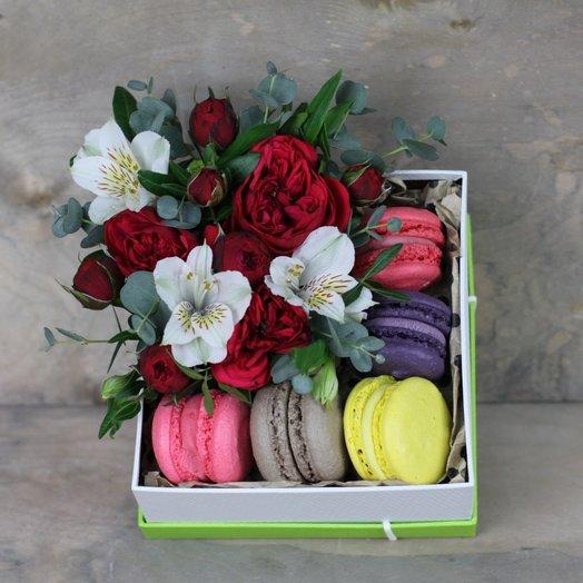 Коробка с макарунами и цветами: букеты цветов на заказ Flowwow