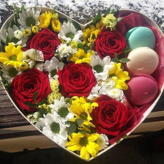Коробка с цветами и печеньем Люблю: букеты цветов на заказ Flowwow