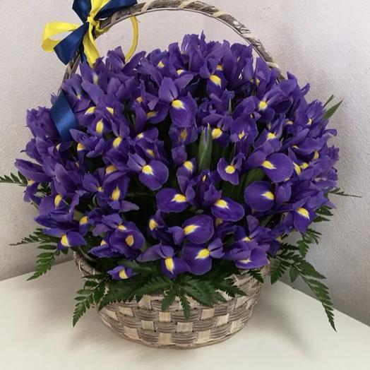 Корзинка ирисов: букеты цветов на заказ Flowwow
