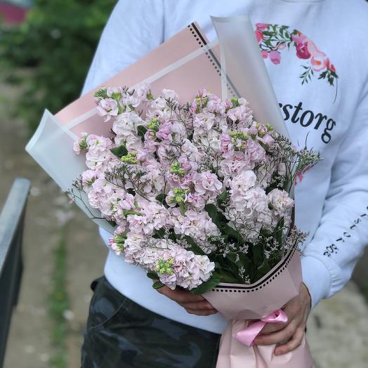 Букет из 29 розовых маттиол с лимониумом. N447: букеты цветов на заказ Flowwow
