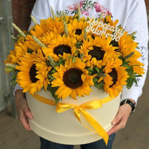 1 сентября. Коробки с цветами. Сочные желтые подсолнухи. N537: букеты цветов на заказ Flowwow