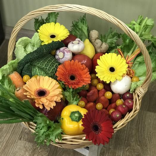 Цветы и овощи в подарочной корзине