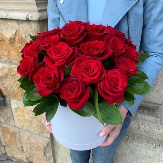 Моно красная шляпная коробка: букеты цветов на заказ Flowwow