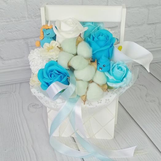 Композиция бело-голубая из мыльных роз
