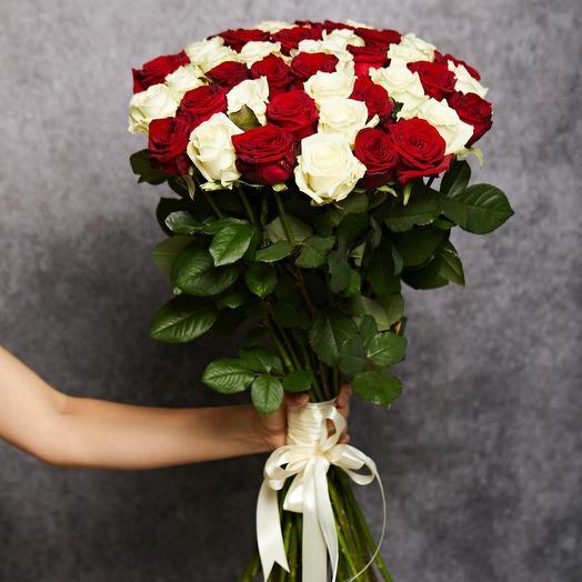 Букет «Микс» из красной и белой розы 51 шт