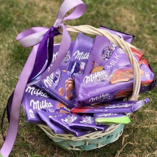 Подарочная корзина с шоколадом и сладостями «Милка»