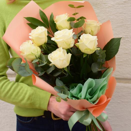 7 белых роз и микс зелени