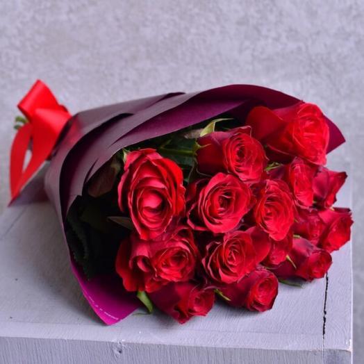 15 роз в яркой упаковке