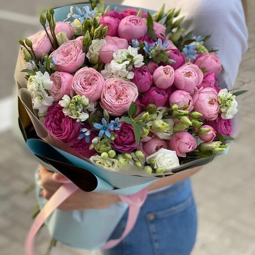 Букет из пионовидных кустовых роз, маттиолы, эустомы и оксипеталума Келли