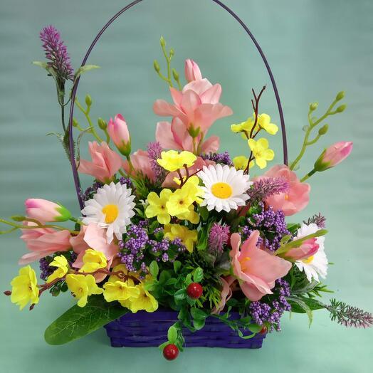 Искусственные цветы в корзине