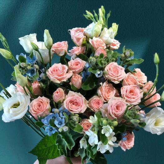 Букет из кустовой розы и эустомы