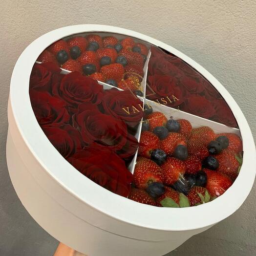 Розы и ягоды в коробке торт