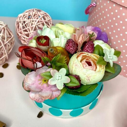 Интерьерная аромо композиция из искусственных цветов в мятной коробке