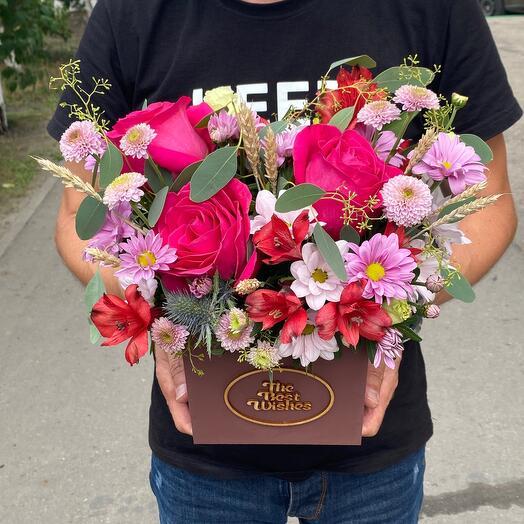 Яркая композиция с ароматными розами в деревянном ящике