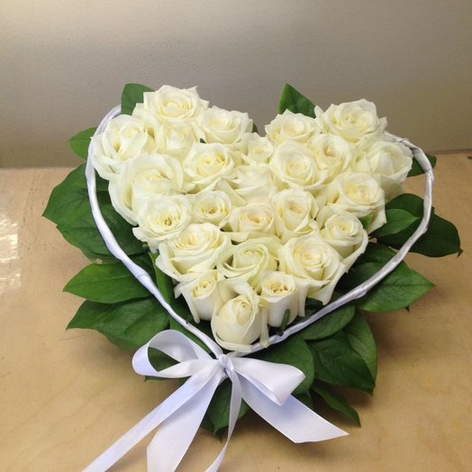 Сердце из 25 белых роз