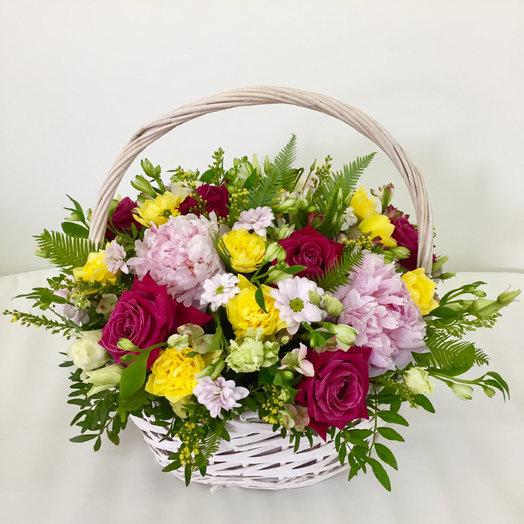 Большая корзина с розой, пионами, хризантемой и нарциссами: букеты цветов на заказ Flowwow