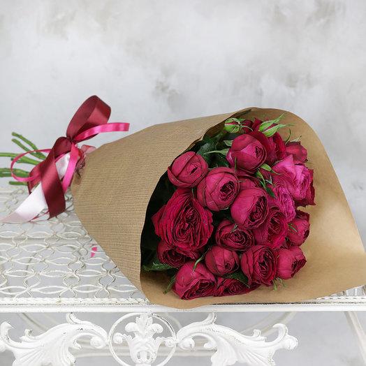 Букет из 7 пионовидных кустовых роз в крафте: букеты цветов на заказ Flowwow