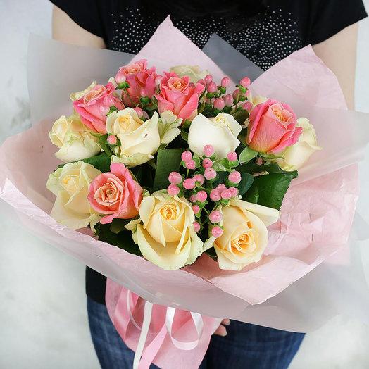 Букет из кремовых и персиковых роз с гиперикумом: букеты цветов на заказ Flowwow