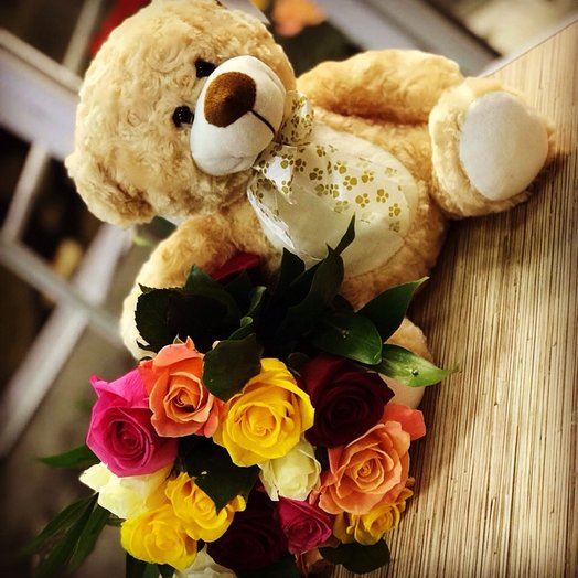 Разноцветные розы с игрушкой мишкой