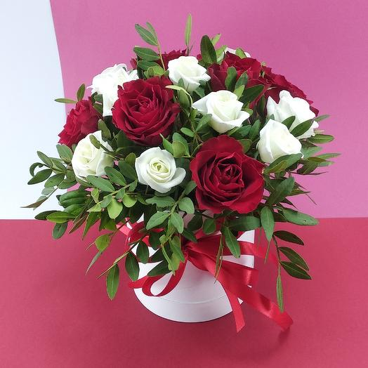 Розы с эустомой в коробке