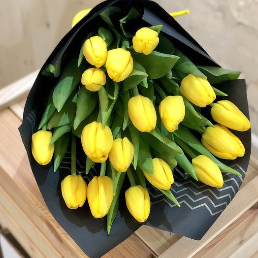 Букет из желтых тюльпанов в черном крафте