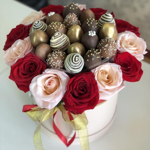 Клубничный букет с розами в шляпной коробке: букеты цветов на заказ Flowwow