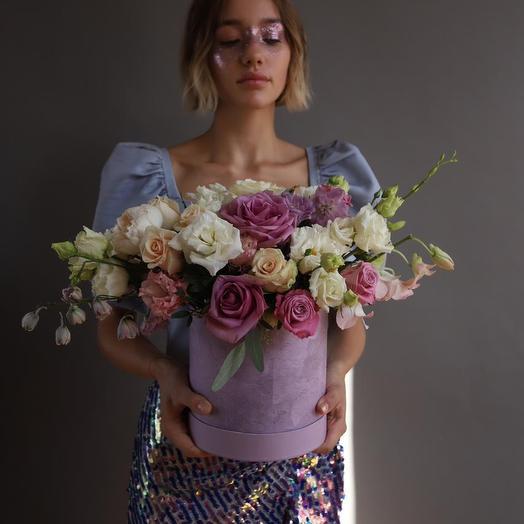 Стильная композиция с розами в бархатной шляпной коробке: букеты цветов на заказ Flowwow