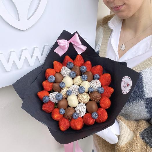 Букет из клубники в бельгийском шоколаде с голубикой
